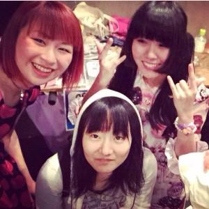 「「girls talk」のMVにも登場しているTHE PATS PATSのドラムメイツ。カナダ行きはこちらの寺田陽香ちゃんと一緒に〜!」